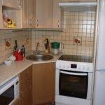 Угловая мойка в интерьере маленькой кухни