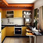 Встроенные светильники на потолке кухни