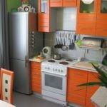 Кухонный гарнитур с оранжевыми фасадами