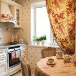 Занавеска с цветами в интерьере кухни