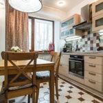 Деревянная мебель в линейной кухне