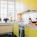 Компактная кухня с желтыми фасадами
