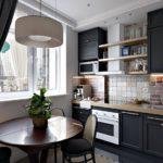 Открытые полки над кухонной вытяжкой