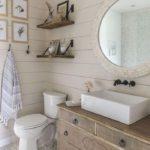 Светлая ванная с деревянной отделкой