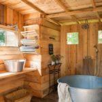 Металлическая ванна на деревянном полу