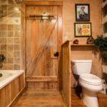 Деревянная дверь в ванной сельского дома