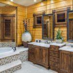 Два зеркала на деревянной стене