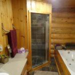 Душевая кабинка с деревянной отделкой