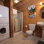 Стиральная машина в ванной частного дома