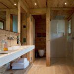 Зонирование ванной деревянной перегородкой