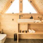 Деревянные полки в ванной комнате