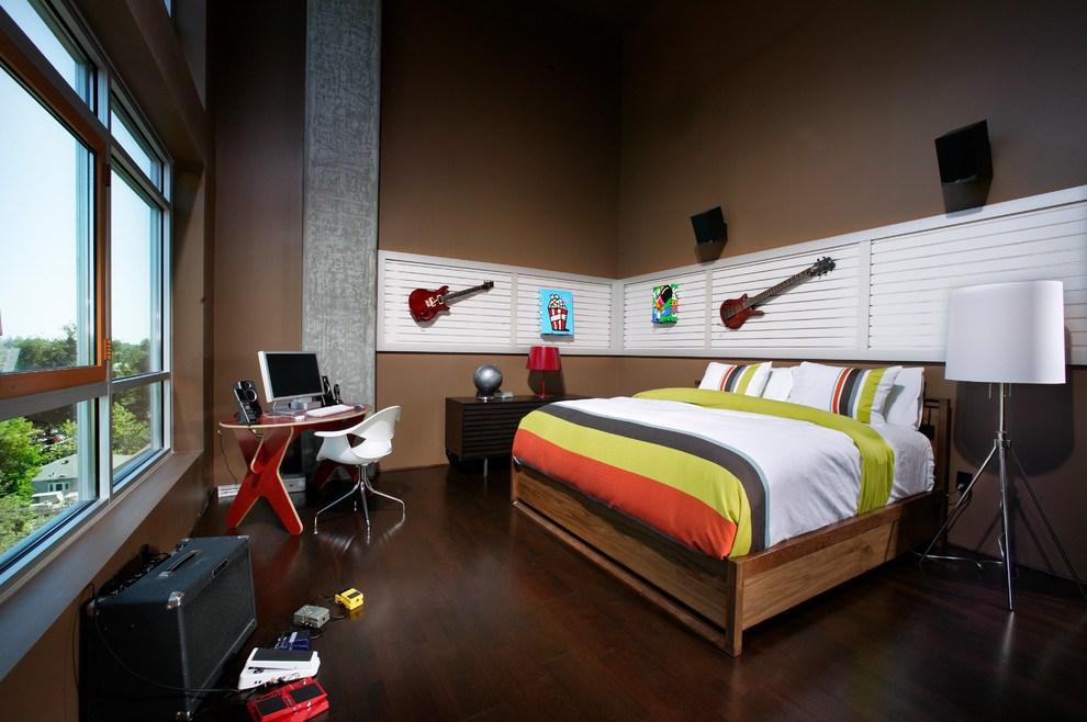 Большая кровать в комнате подростка