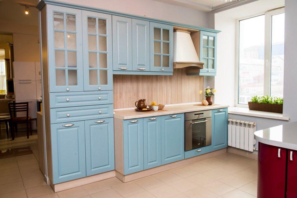 Деревянные фасады кухни светло-голубого цвета