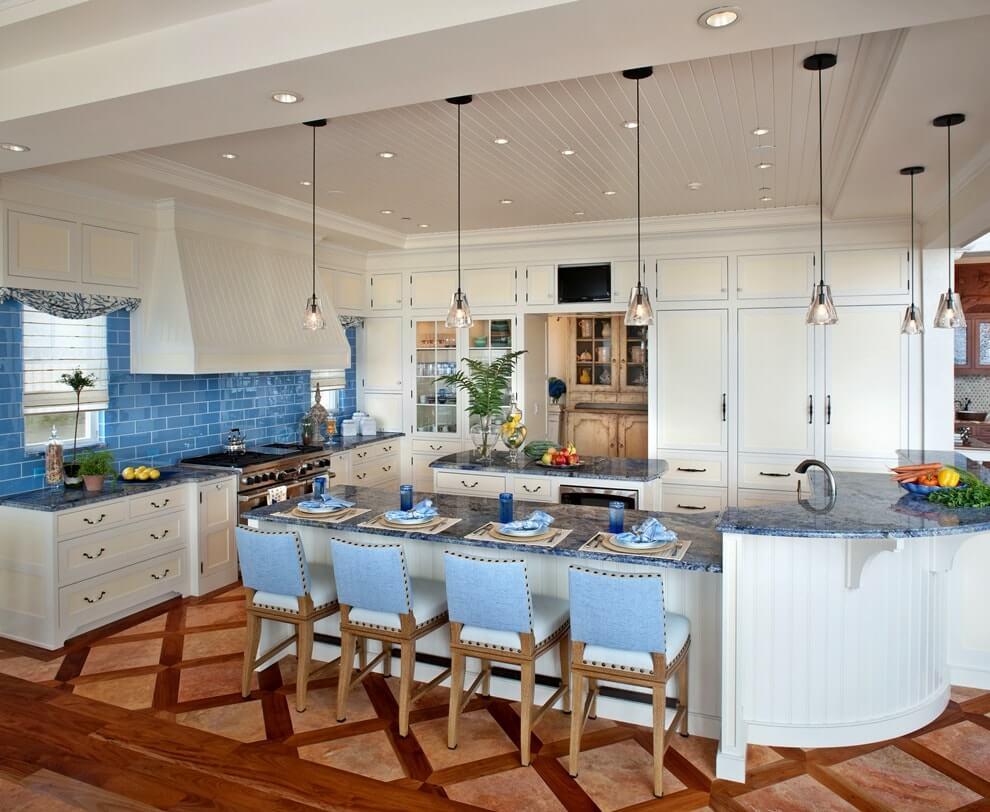 Белая кухня в средиземноморском стиле с голубым фартуком