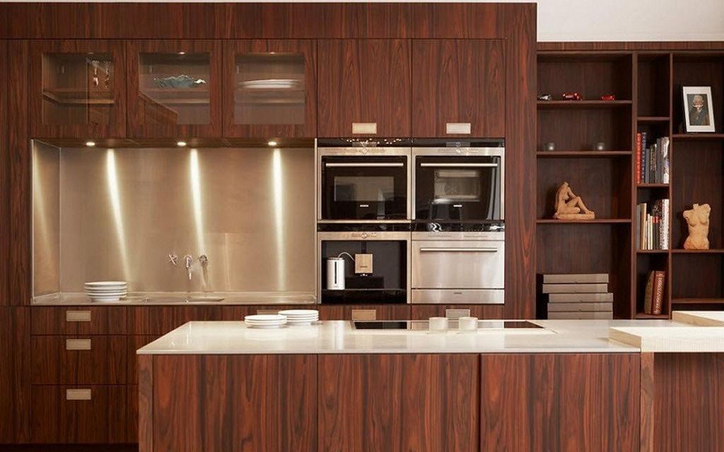 кухонный гарнитур коричневого цвета на выставке в магазине