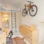 Велосипед на стене жилой комнаты