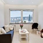 Дизайн гостиной с окном без занавесок