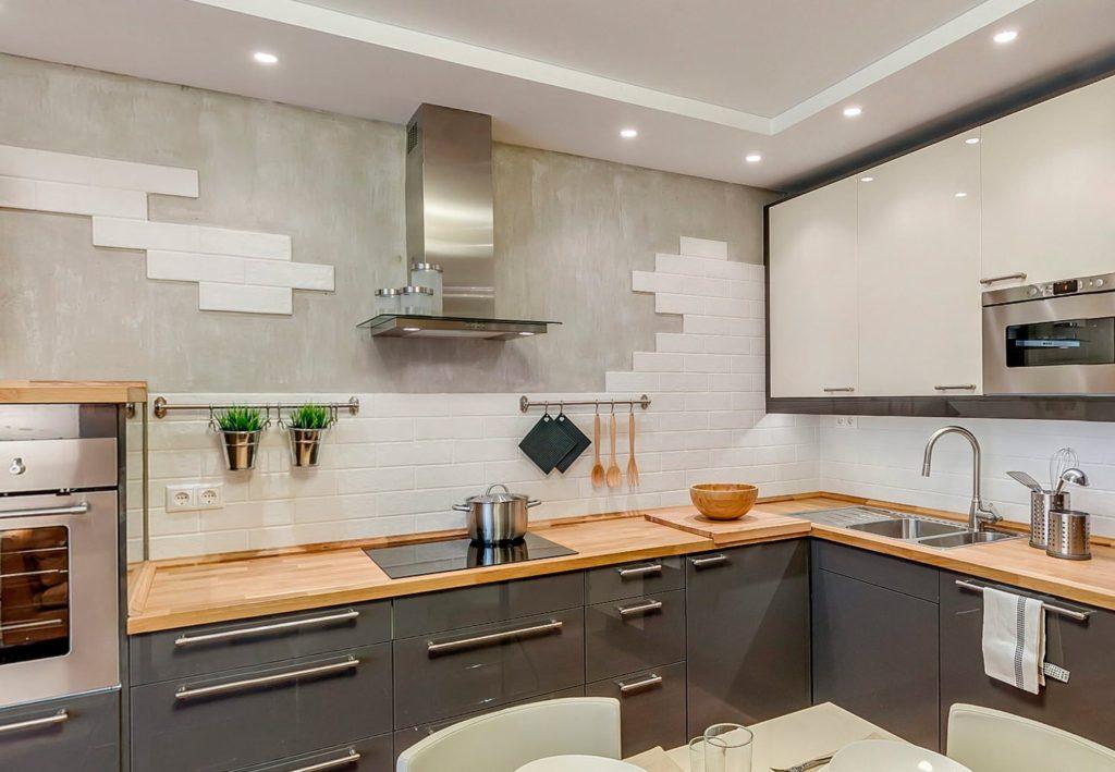 Белая керамическая плитка на стене современной кухни