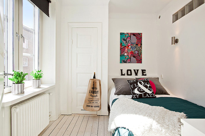 Декор картиной белой стены спальни