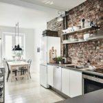 кухонная вытяжка на кирпичной стене