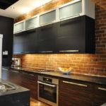 Черно-белые подвесные шкафы на кухне