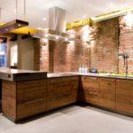 освещение на кухне с кирпичной отделкой