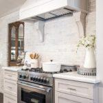 Стильная кухонная вытяжка над газовой плитой