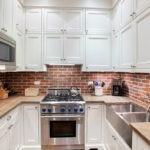 Белые дверки кухонного гарнитура из натурального дерева