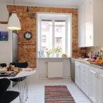 Кухонный гарнитур напротив обеденной зоны