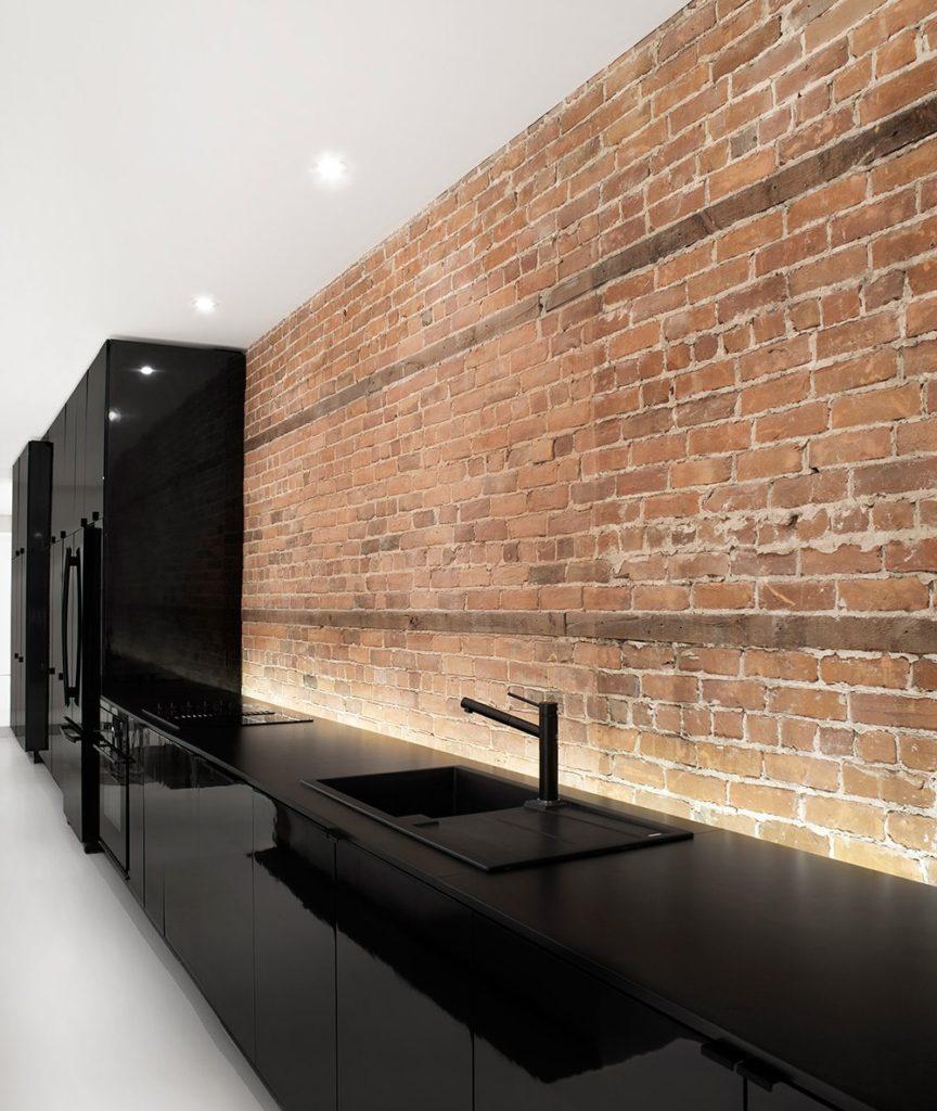 Кирпичная стена вместо обоев на кухне