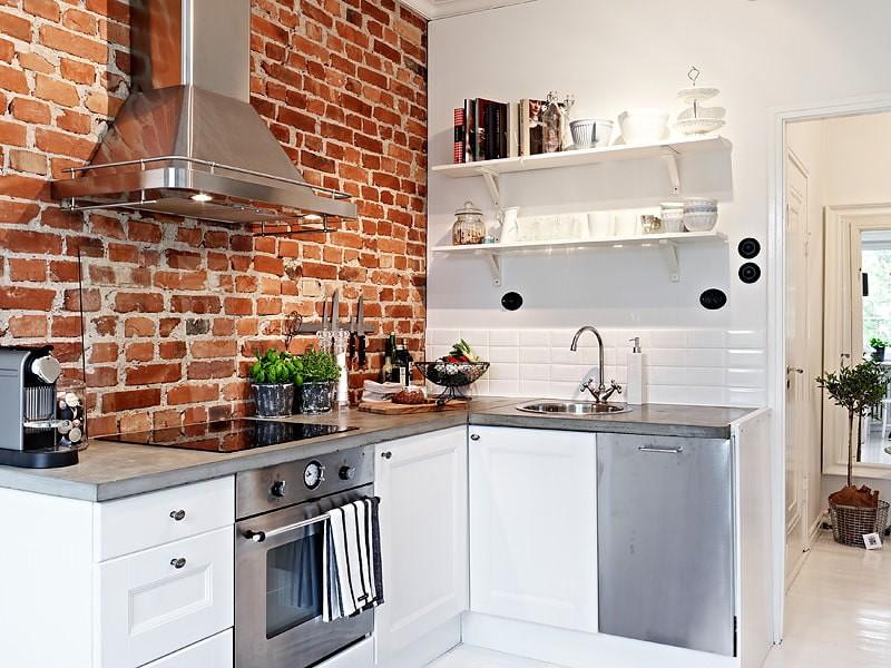 Кирпичная стена в интерьере белой кухни