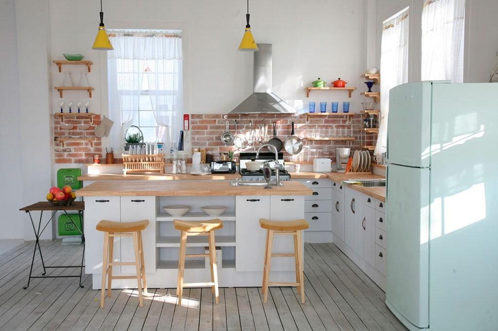 Кирпичный фартук в просторной кухне