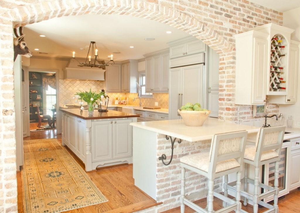 Стена из кирпича на кухне в стиле классики
