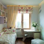 Бежевые занавески в небольшой комнате