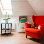 Красное кресло в мансардном помещении