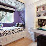Удобный диванчик вместо подоконника в детской комнате