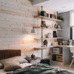 Деревянная обшивка на акцентной стене спальни