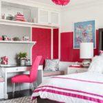 Мягкий стул с розовой обивкой