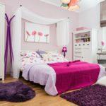 Розовое покрывало на кровати девочки
