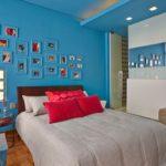 Красные подушки на кровати в детской