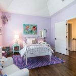 Нежные сиреневые стены в спальне девочки