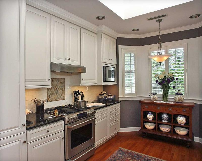 Комод с посудой в кухонном эркере высотного дома