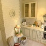 Часы на коробе вентиляции в кухне