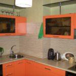 Подвесные шкафы на стене небольшой кухни