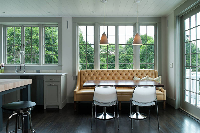 Светло-коричневый диван в кухне гостиной