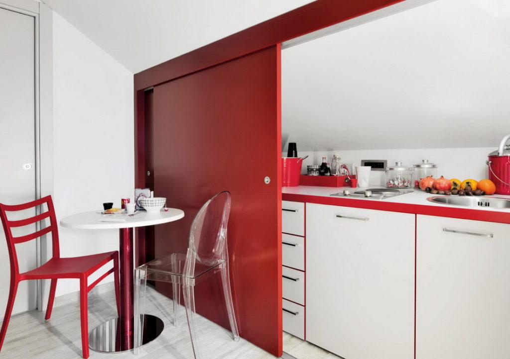 Кухня-ниша с красными раздвижными дверями