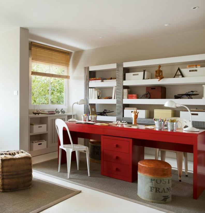 Большой деревянный стол красного цвета