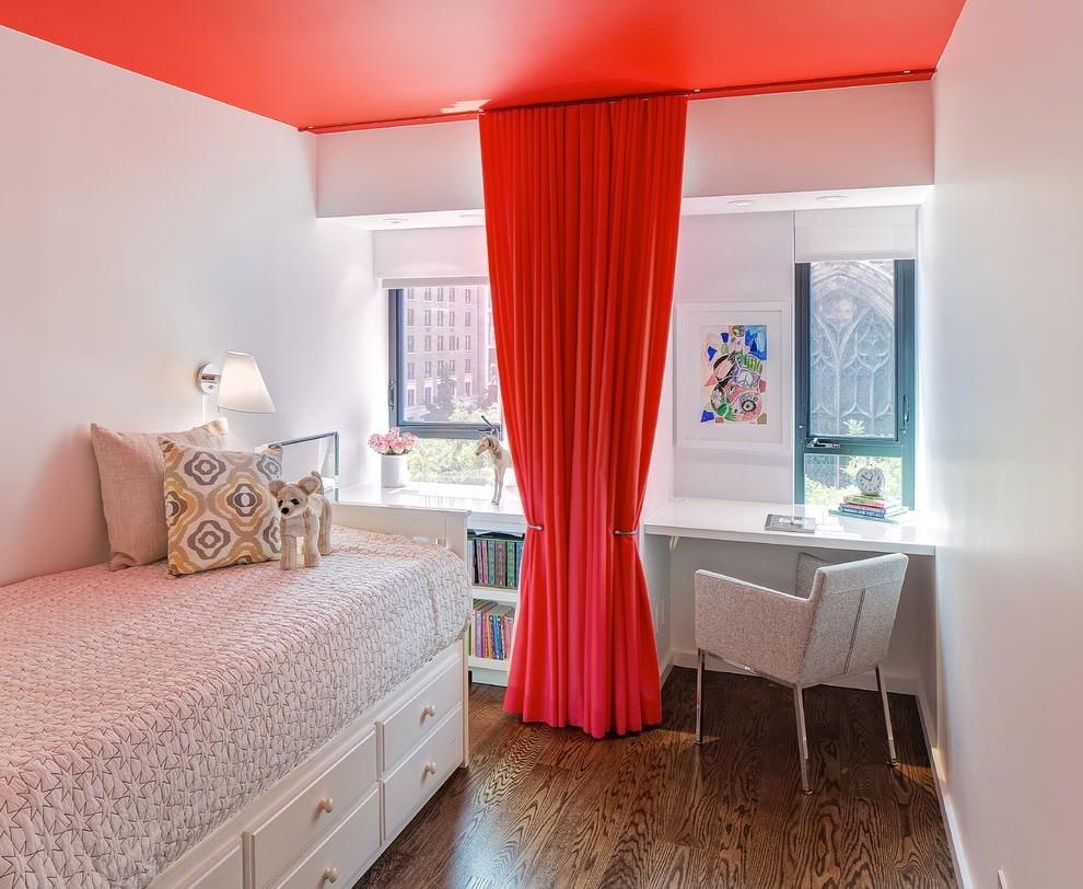 Красная занавеска в белой детской комнате