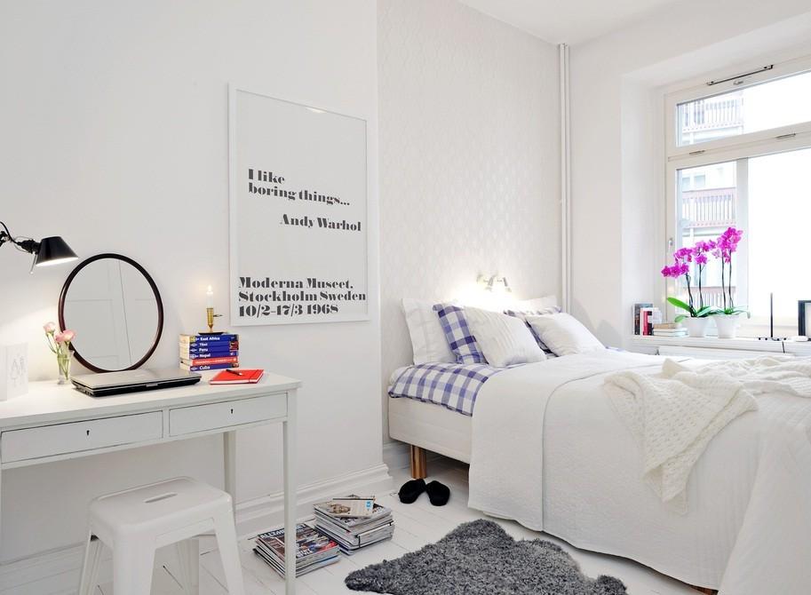 Трюмо и кровать в маленькой спальни