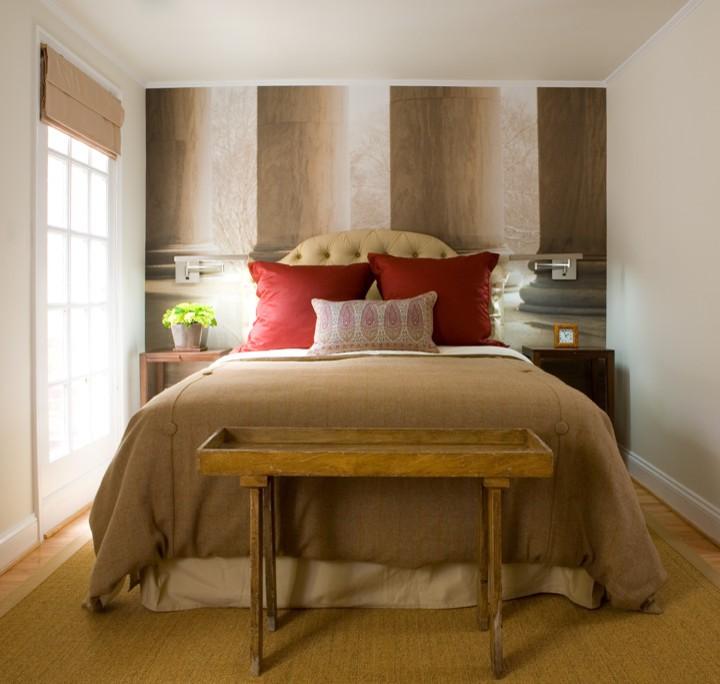 Двухспальная кровать в интерьере маленькой спальни